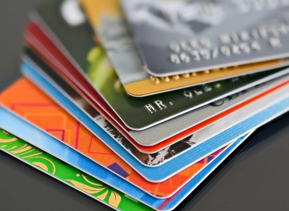 ¿Qué beneficios tiene una tarjeta de crédito asociada?